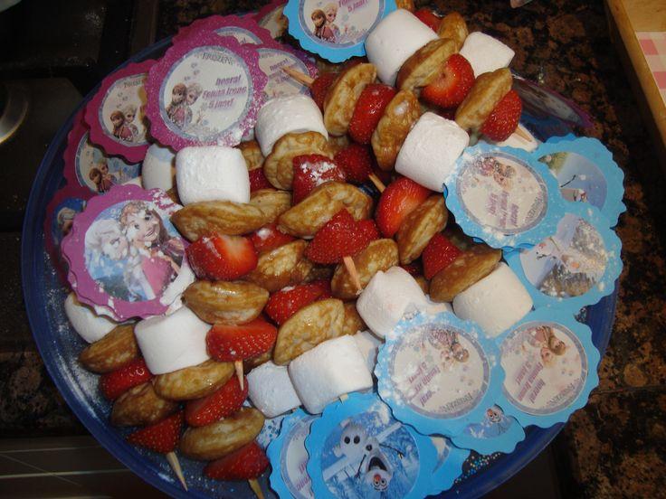Frozen traktatiespies (poffertjes, aardbeien en een spekje)