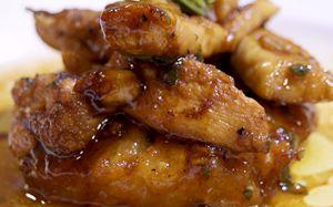 Iscas de frango marinadas no limão-siciliano, mel e abacaxi grelhado - Receitas - GNT
