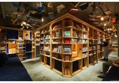 In het Japanse hoofdstad Tokio kunnen boekenliefhebbers logeren bij 'Book and Bed', een hostel waar de bedden tussen de boekenkast werden ingepland. In die...