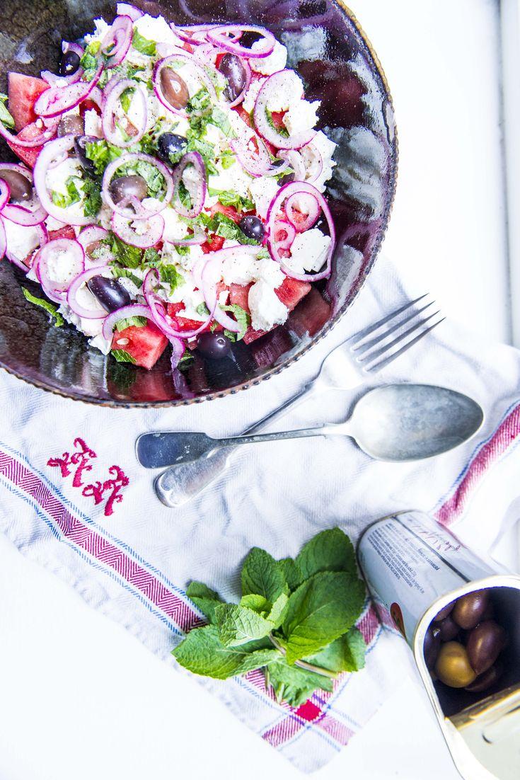 Sommerlig salat med vandmelon, feta og limesyltede rødløg