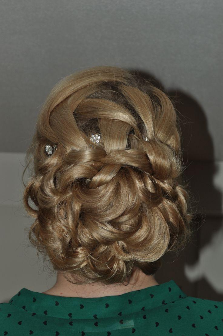 nonchalante bruidskapsel laag opgestoken met lussen. by bruid en beauty almere bridal hair updo with curls