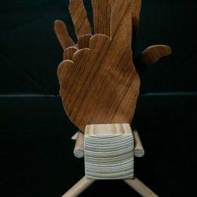 Kézzel készített fa kéz pohár alátét tartóval.