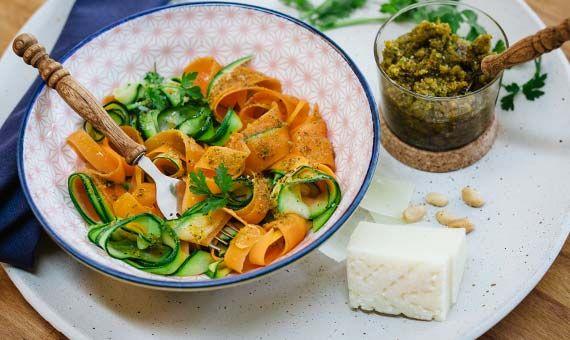 Gemüsenudeln mit Rucola-Erdnuss-Pesto- Rezept von ültje