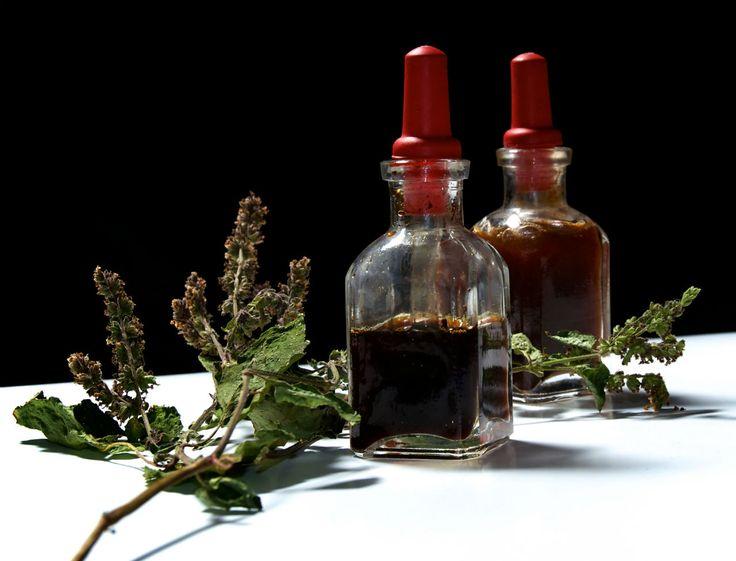 Guide des huiles essentielles contre les troubles circulatoires. Près de 75% des français souffriront de varices au cours de leur vie, en particulier les femmes. Le risque de complications est réelle et peut aller jusqu'à la phlébite et l'embolie pulmonaire. Les huiles essentielles sont alors parfaitement indiquées en prévention mais aussi dans le traitement des symptômes des varices, notamment lorsqu'elles sont associées à une contention.