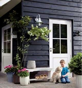 Tuinhuis zwarte planken, witte kozijnen