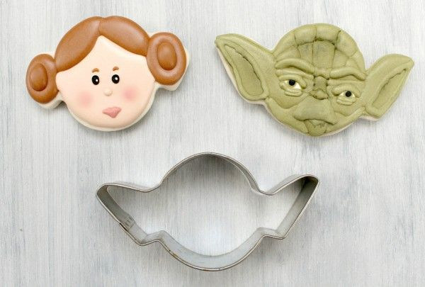 a spider cookie cutter was used to create R2D2 and Princess Leia. Creative!!!    source: sweetsugarbelle  The Spider Cutter