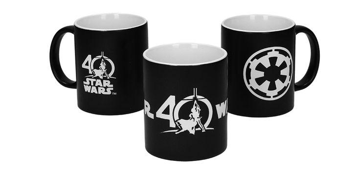 Coffret collection de 3 mugs Star Wars 40eme anniversaire. 3 super mugs en édition limitée fourni dans un coffret satin à fermeture magnétique et certificat d'authenticité numéroté ! Ce Pack composé de 3 grandes tasse Star Wars séduira tous les fans de la saga. Les symboles et logo ont été coupés et gravés au laser, un travail rigoureux et soigné pour un coffret digne d'une pièce de collection ! Plus d'info dans notre boutique en ligne Kid Avenue.  #starwars #mug #tasse #empiregalactique…