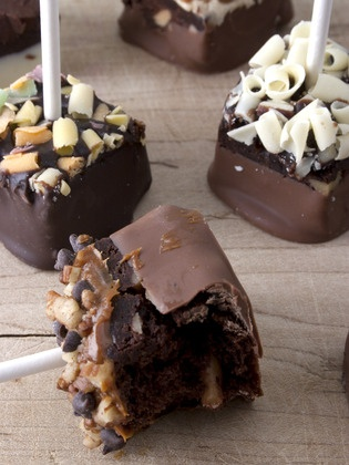 Brownie pops >> Love this and what a great presentation too!: Cakes Pop, Brownie Pops, Brownies Bites, Chocolates Covers, Chocolates Desserts Tables, Covers Brownies, Brownies Pop, Parties Desserts, Cute Chocolates Cupcakes