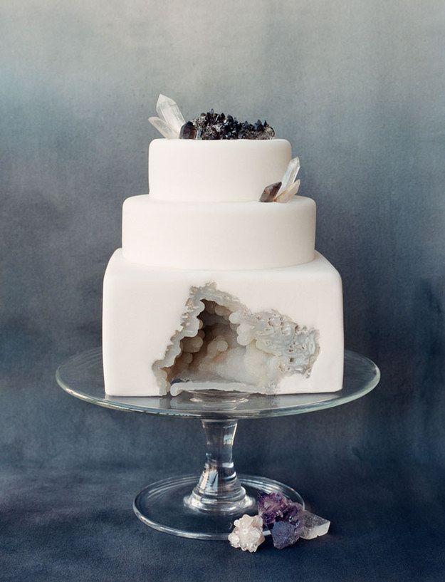 pastel de bodas con una ranura en medio