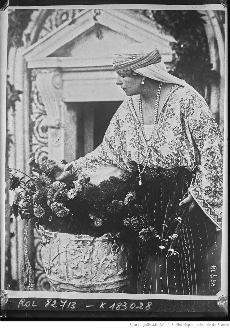 La reine de Roumanie arrangeant des fleurs sur la tombe du prince Mircea [décédé en 1916, à l'âge de trois ans] : [photographie de presse] / [Agence Rol]