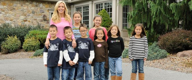 """PHOTO: Kate Gosselin with her eight children on an episode of """"Celebrity Wife Swap"""" that aired Feb. 26, 2013."""