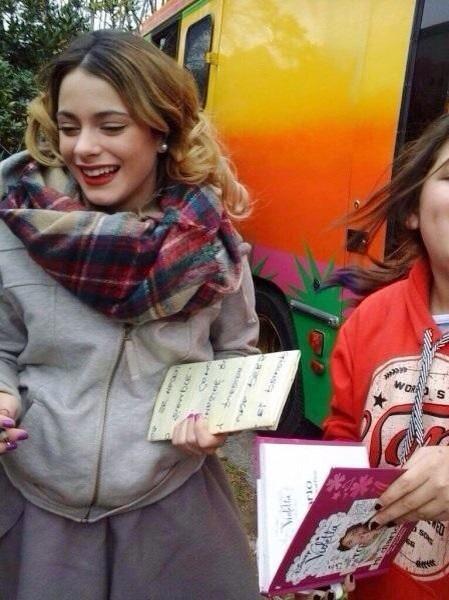 Nuevas fotos de @TiniStoessel Hace algunos días, grabando #Violetta3 en exteriores. ❤️