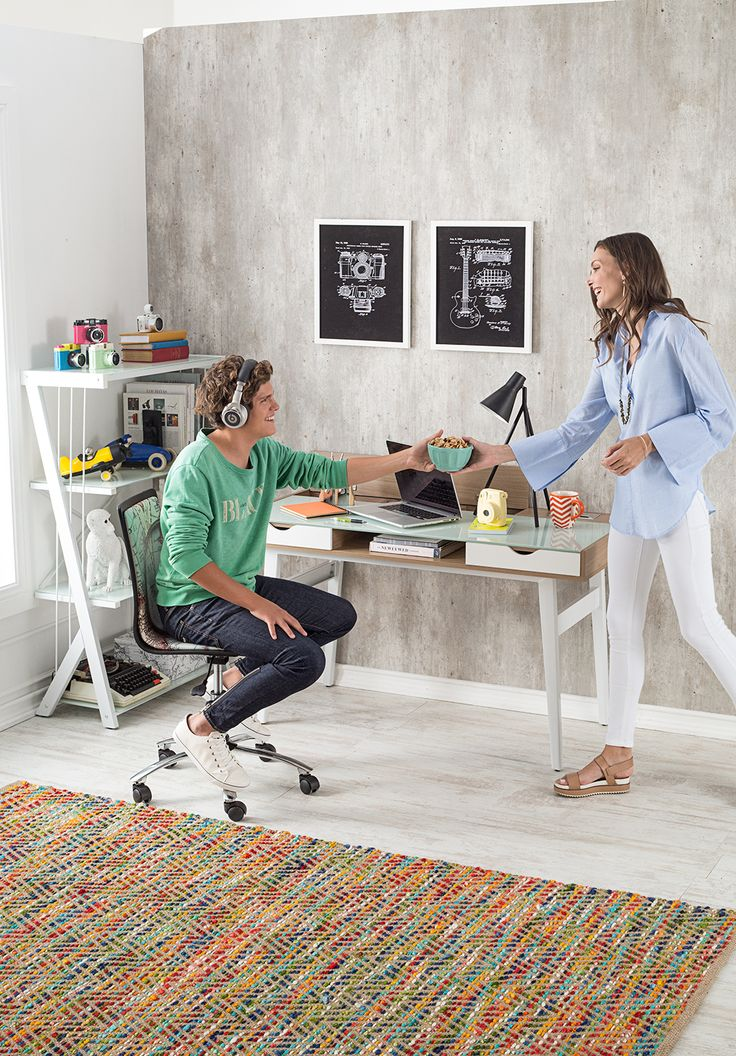 Dale otra cara a tu home office con una colorida alfombra. #Muebles #Easytienda #Decoración #Combinaciones #Escritorio