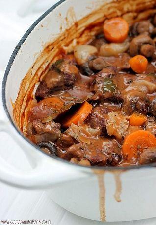 Boeuf Bourguignion znana jako wołowina po burgundzku to jednoz najlepszych dańz wołowiny jakie jadłam. Długo pieczone mięso dosłownie rozpływa się w ustach, a