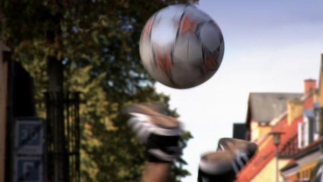 Freestyle-Fußballtricks in Sorø: Lars Munck, einer von Dänemarks Besten, zeigt, was er so alles in seiner Heimatstadt machen kann.