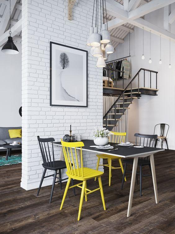 Joli contraste entre le noir et le jaune de ces chaises dépareillées  http://www.homelisty.com/chaises-depareillees/