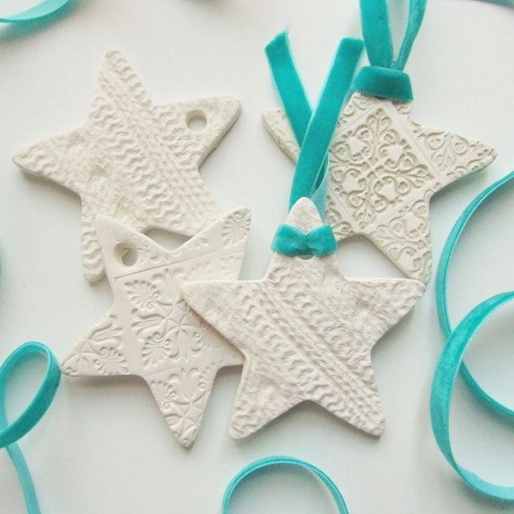 Ornamente aus weißer Modelliermasse in der Form von Sternen mit Relief
