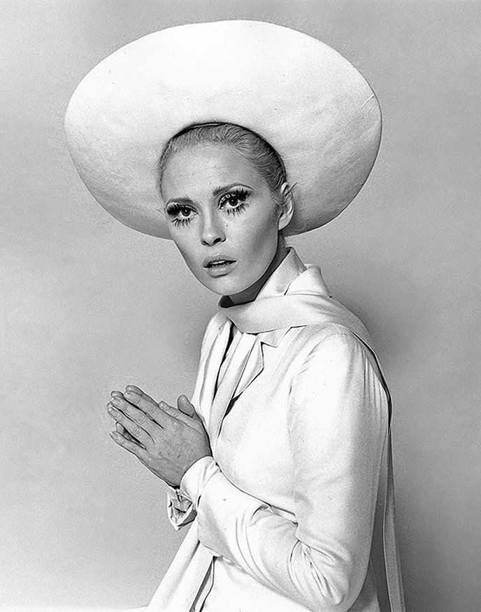 Faye Dunaway.. WONDERFUL. Love the lashes. :)