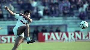 Ο Βασίλης Καραπιάλη θεωρείται από τους μεγαλύτερους ποδοσφαιριστές που ανέδειξε το λαρισινό και ελληνικό ποδόσφαιρο.Γεννήθηκε στις 13 Ιουνίου του 1965 στην Λάρισα από όπου και κατάγεται και μεγάλωσε στη συνοικία Αμπελόκηπους.