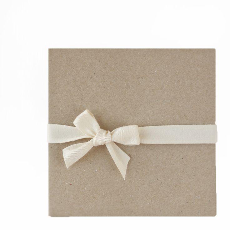 Pack de 10 sobres de papel kraft de 13x13cm, perfectos para estampar con tus sellos.