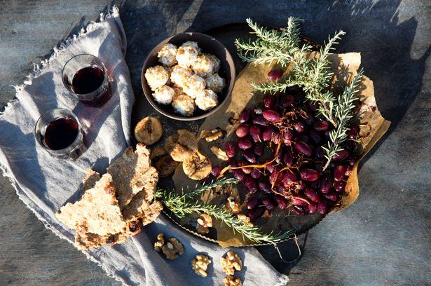 Geröstete Weintrauben mit Rosmarin-Feigen-Crackern