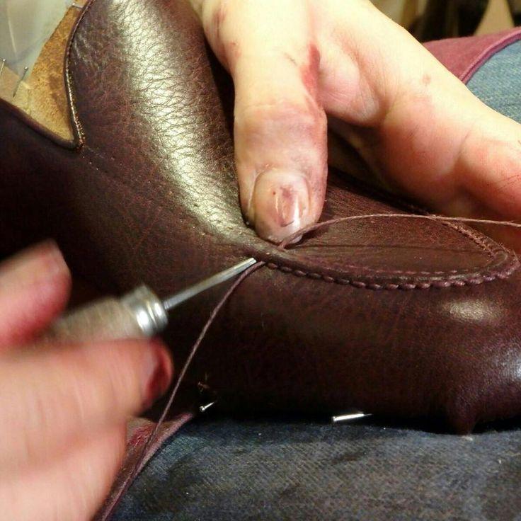 CUCITURA VASCHETTA INTERAMENTE FATTA A MANO#mannina #shoes #fatteamano #sumisura #custommade #mensshoes #mensstyle #manninafirenze #bespoke #handmade #bespokeshoes #handmadeshoes #workshop #atelier #scarpe #zapatos #chaussures #madeinitaly #madetoorder #madetomeasure #firenze #florence #italy #italia #shoemaker #bespokeshoemakers