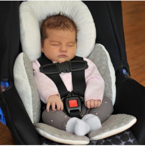 Il supporto lombare per seggiolino auto accoglie bimbi di ogni dimensione, anche molto piccoli, permettendo loro di viaggiare in maniera confortevole. Il poggiatesta è regolabile e staccabile, per consentire al supporto di adattarsi meglio alla crescita del bambino. Testato in incidente (FMVSS 213). E' reversibile e lavabile in lavatrice.