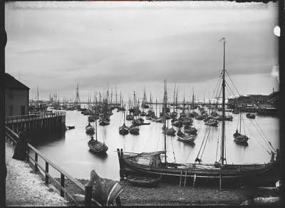 Boats in Vardø harbor, Finnmark in Norway. Båter i Vardø havn. NMFF.002141. Foto av Ellisif Wessel. Ca. århundreskiftet 1800-1900. Flickr Photo av Preus Museum, 2010.