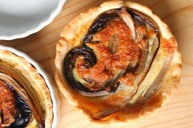 Feestelijk! Kleine quiches met radicchio, lardo en tijm.
