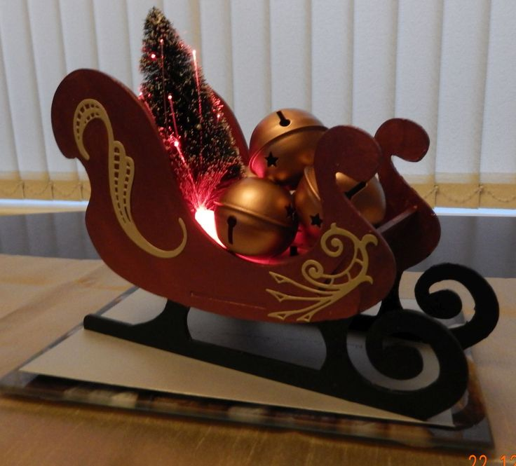 very much inspired by Emma Williams' sleigh .... I bought Anne Marie designs sleigh kit and used a tree from Poundland and some bells from my stash