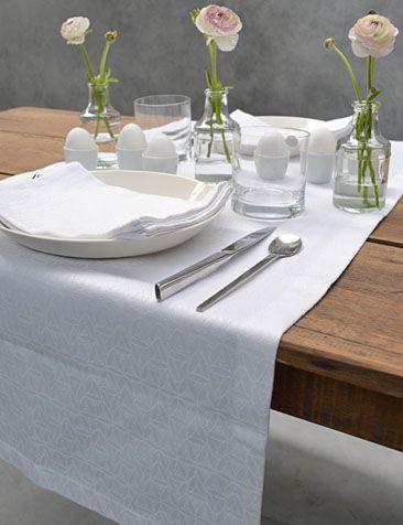 #pasen #paastafel #tafelloper wit #damast | #easter #eastertable #tablerunner white #damask #cottona www.cottona.com