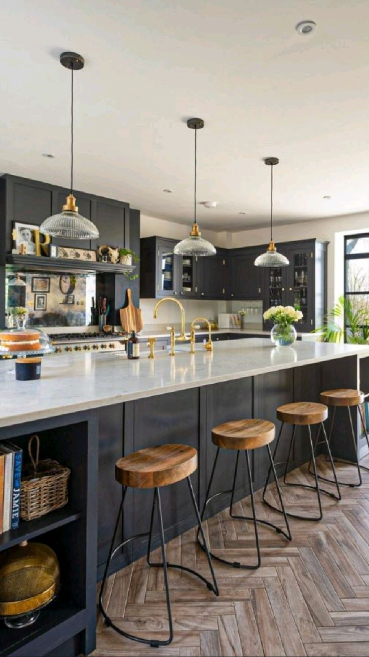 Large Kitchen Island Designs, Stools For Kitchen Island, Modern Kitchen Design, Interior Design Kitchen, Modern Home Interior, Black Kitchen Cabinets, Kitchen Islands, Home Decor Kitchen, Kitchen Living