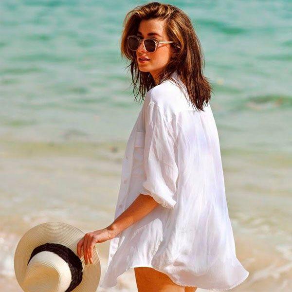 Look praia para o verão com camisa branca como saída de praia + chapéu de palha.