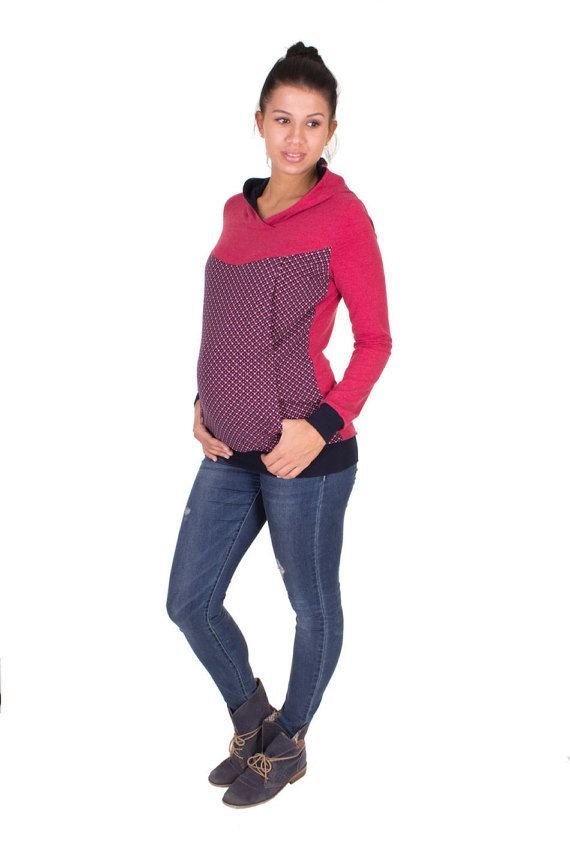Viva la Mama | The berry & patterned long-sleeved nursing & maternity hoodie MAYBEL has a comfortable and long cut but is also playful with its pattern. MAYBEL makes discreet breastfeeding everywhere possible. Your perfect piece in your pregnancy fashion wardrobe.