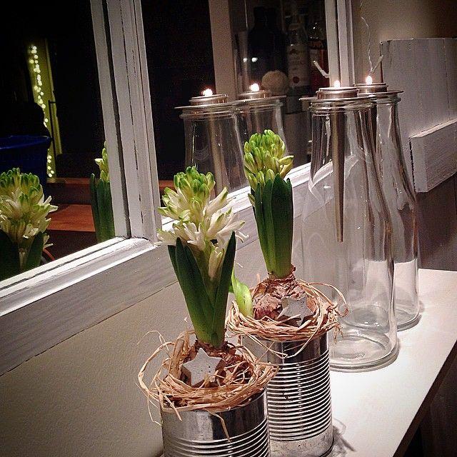 #fredag#friday#hyacinter#ljus#candles#bottles#flaskor#mirror #spegel#fönster#hylla#vitt#white#fönsterlucka#finahem #inredningsdetaljer #interior123 #interior4all#roomforinspo #nordiskehjem#julinspiration#jul#julpynt