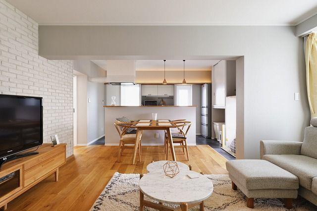 築29年 鉄骨造の二世帯住宅リノベ、リノベーション事例。光と風が通るフレンチスタイルの心地よい広々リビング。構造上抜けない壁があり、間取りの変更に制約がありました。広々としたリビングがご希望でしたので、壁を取ることができる2部屋をつなげてLDKに。開放感を出しながら、光と風が通るような間取りを提案しました。キッチン奥に和室の広縁だった部分があったので、半分をパントリー、半分を室内物干しのスペースに。パントリーの内部には作業用カウンターを造作、家事スペースとして活用できます。リビングの一面に貼ったブリックタイルが印象的な上品なフレンチスタイルのおうち。ブリックタイルは奥様のご希望だったそうです。キッチンの後ろのスペースに採用しようと思っていたところ、プランナーから「広いスペースに貼ること」を提案されたそうです。「とても話しやすくて… 。私がこんなことをしたい!と伝えると、それ以上の提案をしてくれました」とおっしゃっていただきました。そんな奥様のお気に入りは、キッチンからのリビングの眺め。 天井や壁のタイルは白、部屋全体の壁は薄いグレーでまとめ、造作棚を設置しています。…
