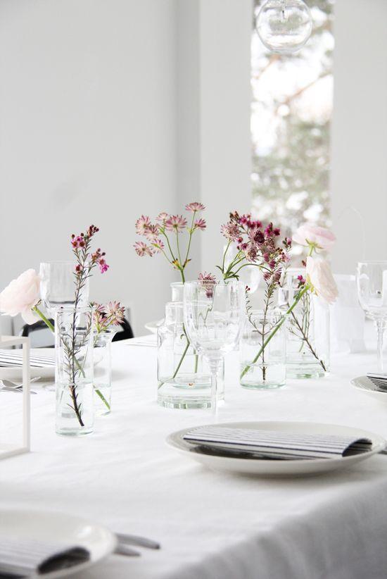 Tischdeko: schlicht und edel. Viel weiß und frische Blüten.
