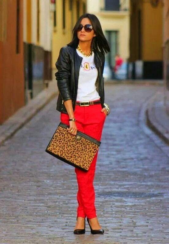 Pantalon rojo, chaqueta negra..