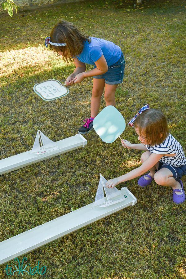 Piratenschiffrennen werden an PVC-Rinnen durchgeführt, die mit 3-jährigen