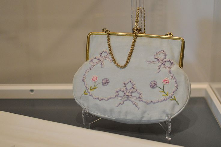 Näyttelyssä on esillä upeita juhlapukuja ja asusteita. Juhlalaukku on koristeltu kauniisti pienin yksityiskohdin. Luuppi, Oulu (Finland)