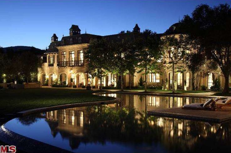 In 2013 the couple finished building a massive mansion in Los Angeles from scratch. Tom & Gisele Brady's