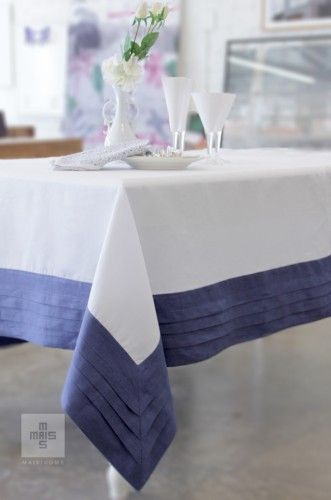 Toalha de mesa branca com barrado em azul. Classic white and blue tablecloth.
