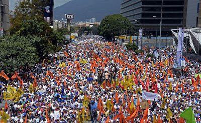 Sólo la firmeza y contundencia nos salvarán   Somos un pueblo de Libertadores. No es una consigna ni un slogan es una realidad de la que debemos convencernos nosotros mismos. Hoy se cumplen 123 días desde que nos lanzamos a la calle para conquistar definitivamente la democracia y la libertad. Marchas plantones trancazos paros huelgas homenajes vigilias han marcado nuestro accionar. La dictadura ha arreciado con más de 5.000 detenciones arbitrarias más de 120 asesinatos y aumentando la cifra…