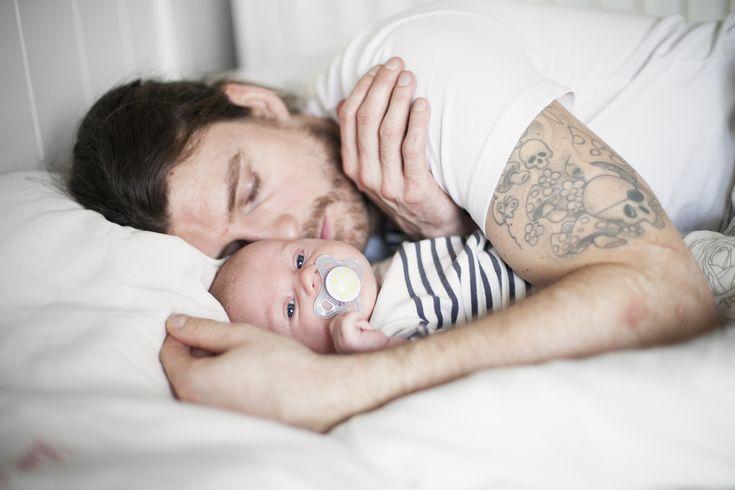 Nyfödda bebisar följer sin egen rytm med sömn, mat och vakentid. Här har vi samlat bästa tipsen för att få spädbarn att somna och komma till ro.