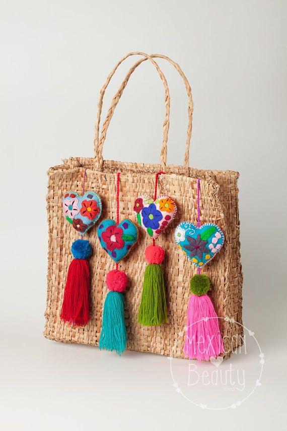 Fieltro adornos de corazón con un hermoso diseño floral bordado con pompones y borlas de Chiapas, México.  Cada ornamento es cosida a mano con hilo de colores por Claudia, una mujer Maya-Tsotsil del estado de Chiapas.  Se ven muy bien en carteras, bolsos, mochilas, maletas, para el espejo retrovisor en el coche, o para colgar en un gancho en el hogar.  Usted recibirá un producto similar a la que se muestra en la imagen, como colores, bordados y tamaños pueden variar ya que son hechos a mano…