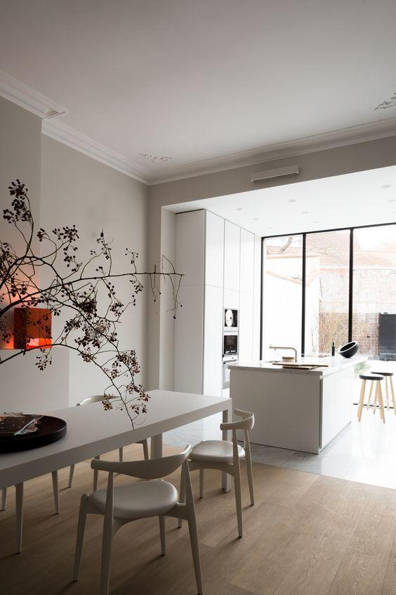 Grote open keuken met eettafel in het verlengde van het kookeiland geplaatst #keuken #design #eettafel