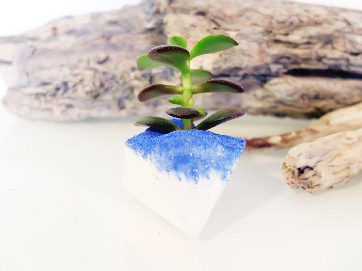 Geoda azul griego, pequeño plantador suculento concreto, sostenedor de vela, pote, decoración minimalista, de BadgerandBirchShop en Etsy https://www.etsy.com/es/listing/512272080/geoda-azul-griego-pequeno-plantador