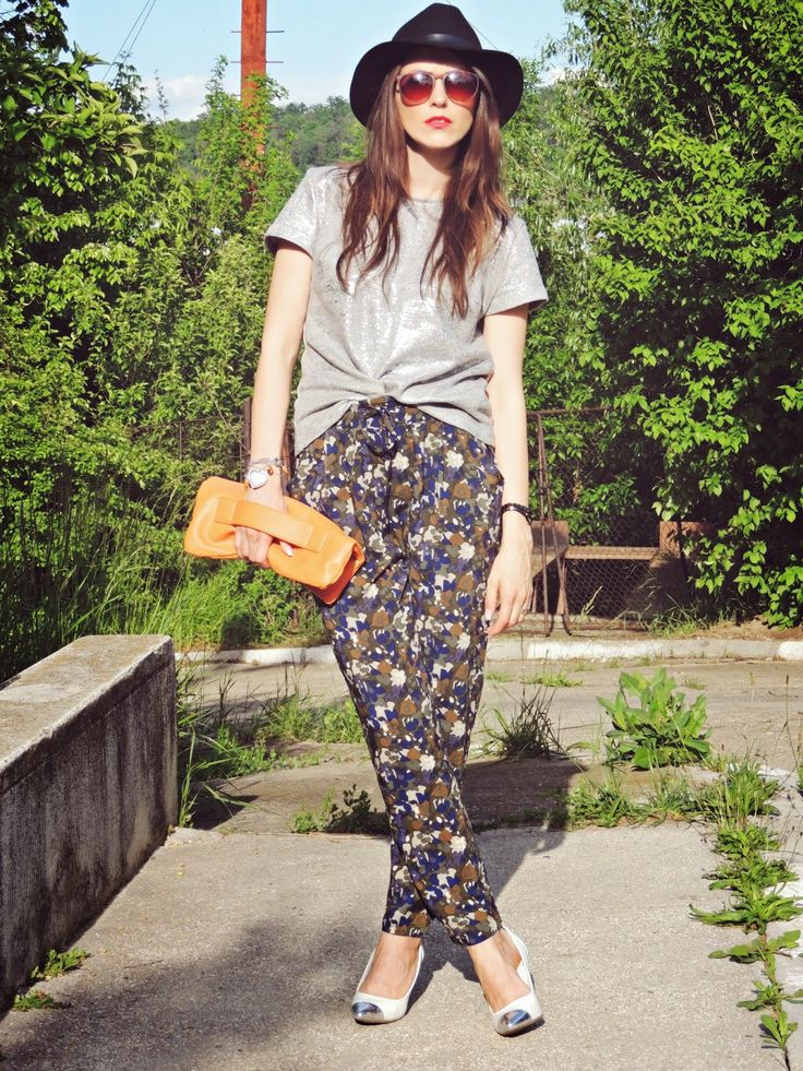 Pantaloni cu imprimeu camuflaj intr-o tinuta feminina