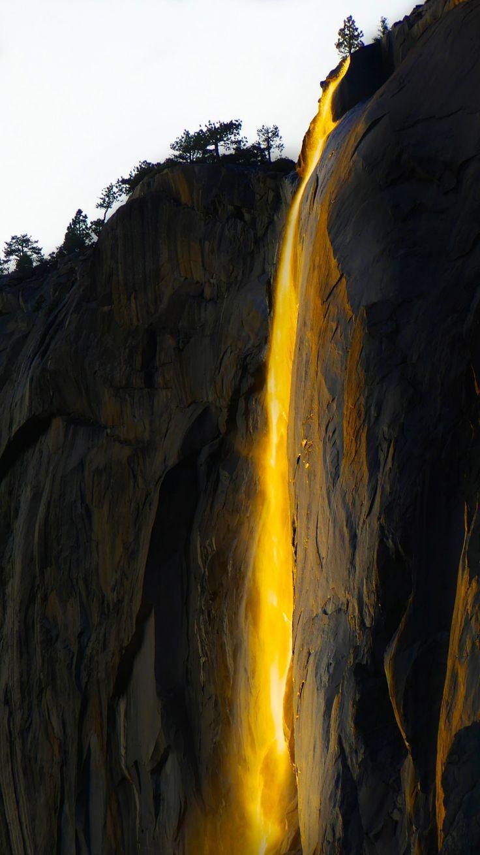 Une cascade de lave au coucher du soleil
