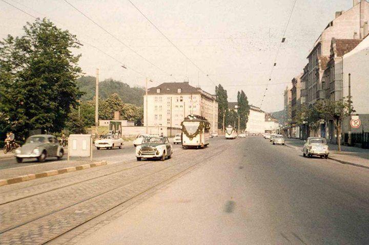 Abschiedsfahrt #der meterspurigen #Strassenbahn #in #der #Mainzer ... Abschiedsfahrt #der meterspurigen #Strassenbahn #in #der #Mainzer #Strasse. #Heute #faehrt #an #der gleichen #Stelle #die normalspurige #Saarbahn. (Bild: (C) VVS Saarbruecken)  #Beim #Bau #der Saarbahntrasse #wurden #noch #die #Gleise #noch #gefunden. #Sie #wurden #nach #der Stilllegung #einfach zugeteert.  #Saarbruecken / #Saarland | Abschiedsfahrt #der meterspurigen #Strassenbahn #in #der #Mainzer ... htt